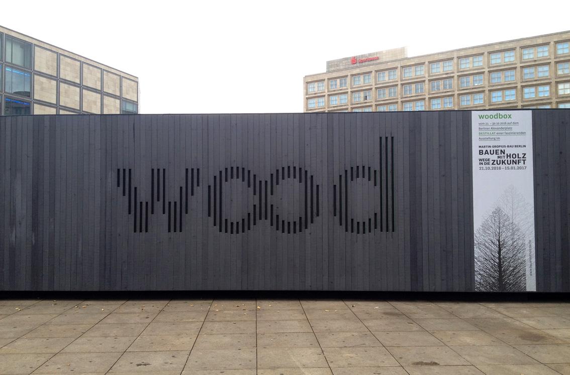 """""""wood"""" verweist als Destillat der Ausstellung """"Bauen mit Holz - Wege in die Zukunft"""" auf die zur Zeit im Martin-Gropius-Bau zu sehende Ausstellung"""