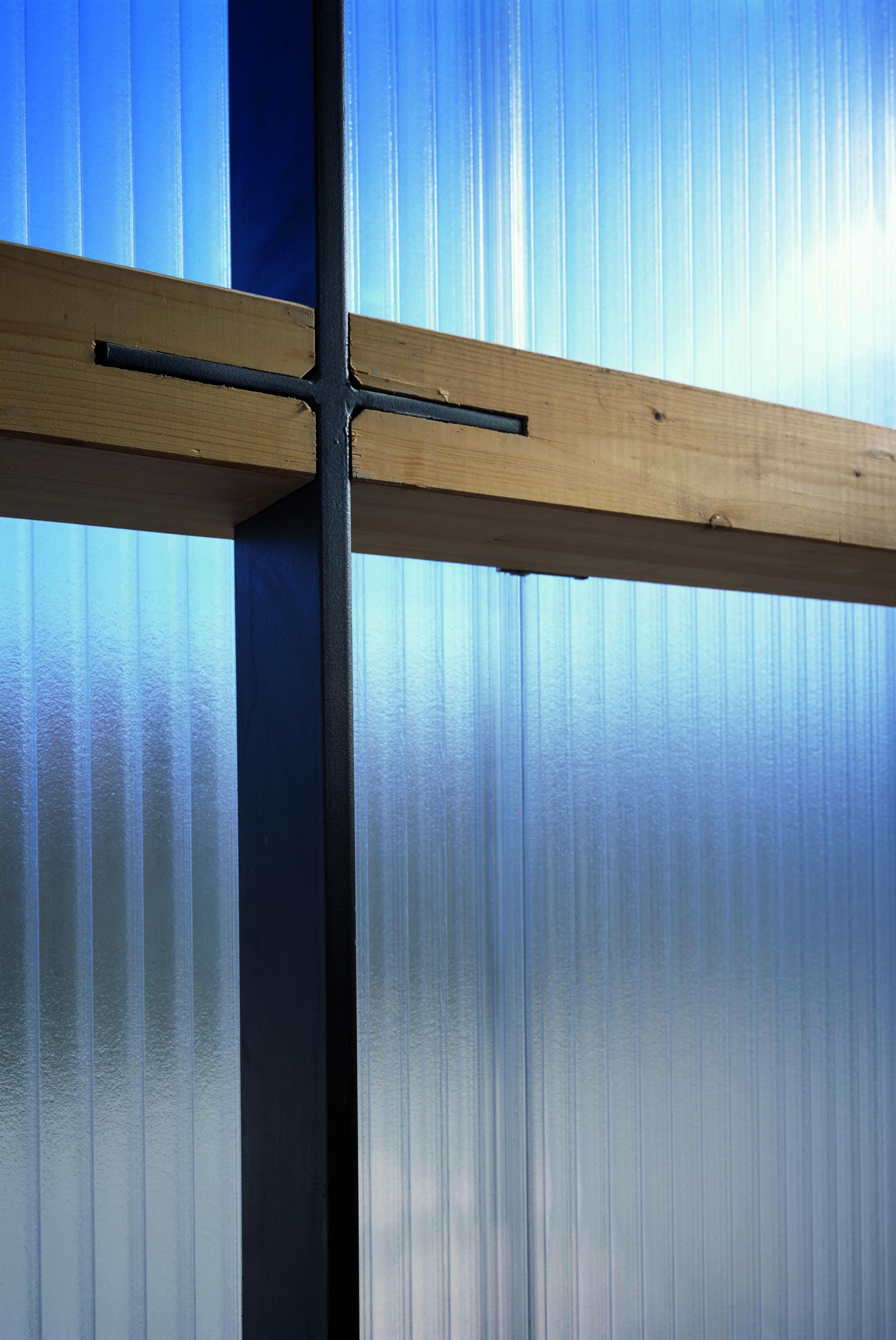 Die horizontale Unterkonstruktion der Polycarbonatfassade besteht aus BSH-Trägern, die Vertikale aus stählernen Zugstäben, Foto: Florian Holzherr
