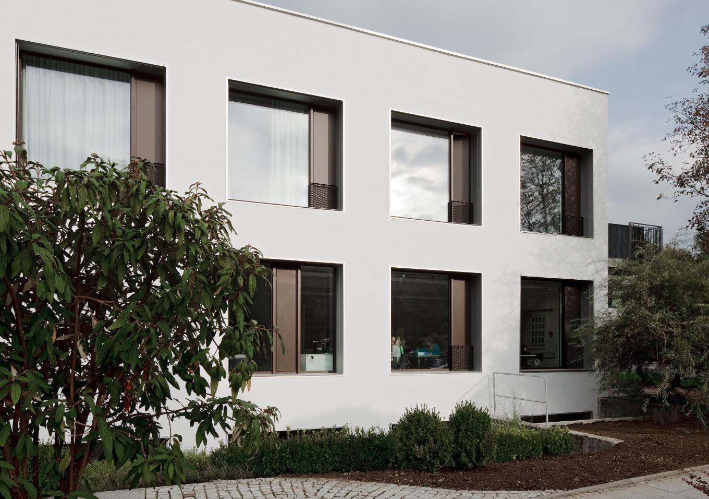 Festverglaste Flächen und Öffnungselemente inkl. Absturzsicherung alternieren je nach innenräumlichen Erfordernissen