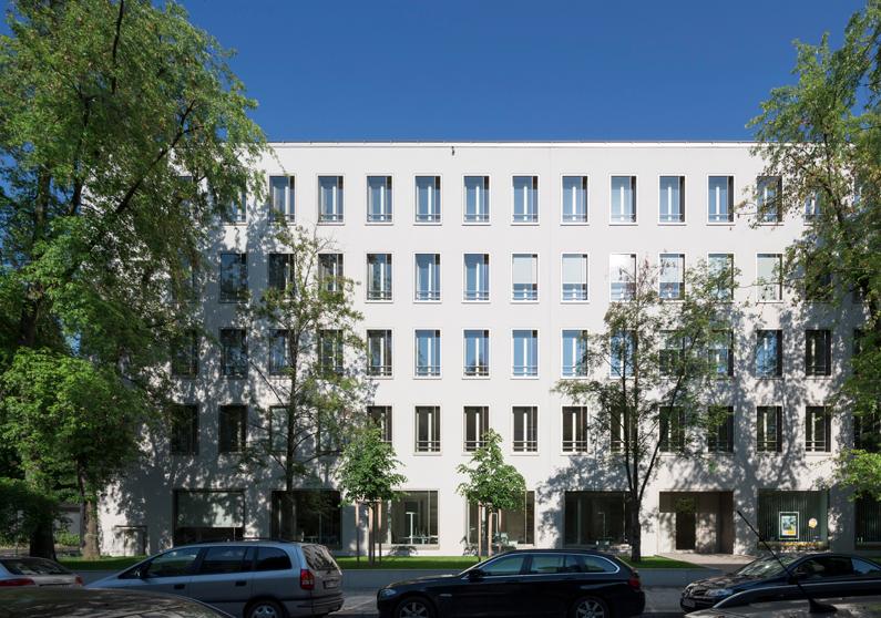 Der zurückhaltend  elegante Ausdruck der Fassaden des Haus Nr. 7 mit seinen oberflächenbündigen Fensterelementen wurde bei der Sanierung beibehalten. Die Aufstockung um das 4.+5.OG ist nur zu erahnen; Foto: Florian Holzherr